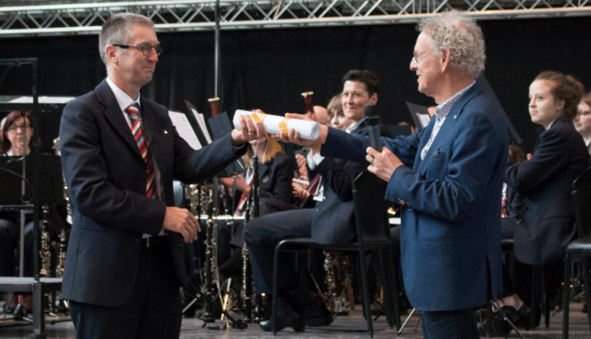 overdracht partituur aan voorzitter Nico Snellen