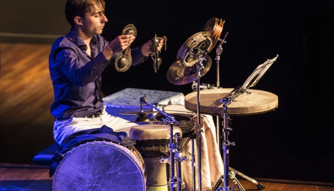 Dominique Vleeshouwers speelt op percussie instrumenten